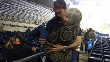 Woman struggling with RodeoHouston stairs gets assist from big-hearted Texan