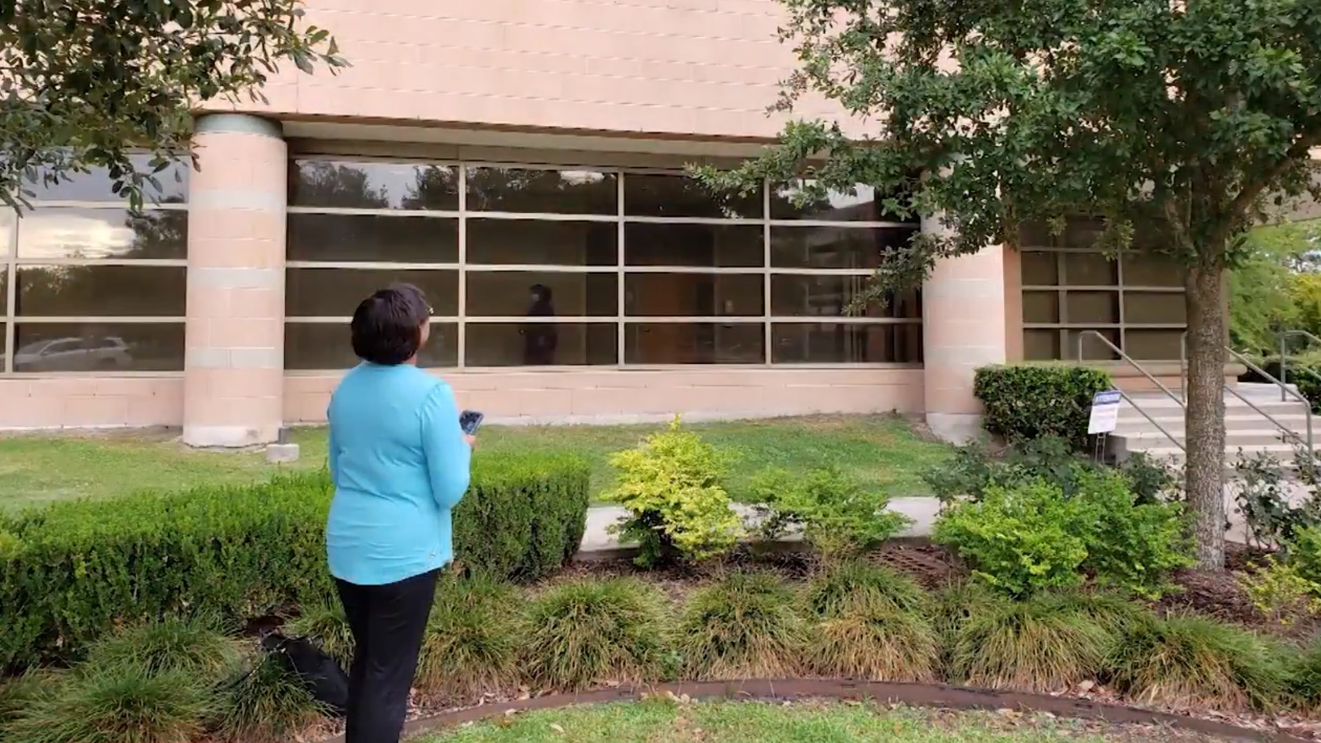 Texas woman prays at husband's window as he battles COVID | kcentv.com