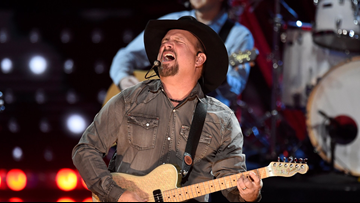 Garth Brooks may be coming to a dive bar in your town